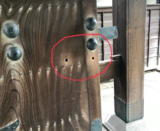 ☆山門の赤い円内に銃弾跡。