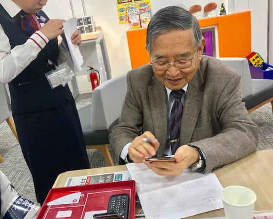 ☆とりあえず「電話の受信と発信」だけをショップのご担当に教えていただきました。あとは生田美子さんの「すまほ茶屋」でじっくり学んでいただきます。