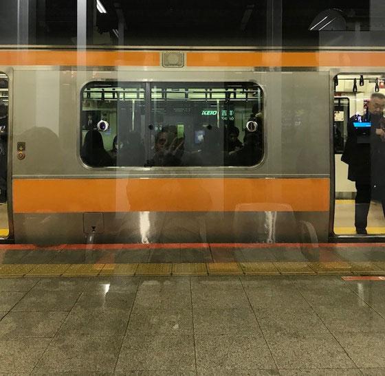 ☆吉祥寺駅中央線3・4番線の待合室の窓越しに見た下り電車。ガラガラ。