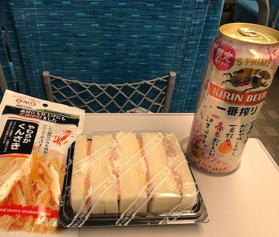 ☆帰途新幹線の車内で終わった解放感で缶ビール。