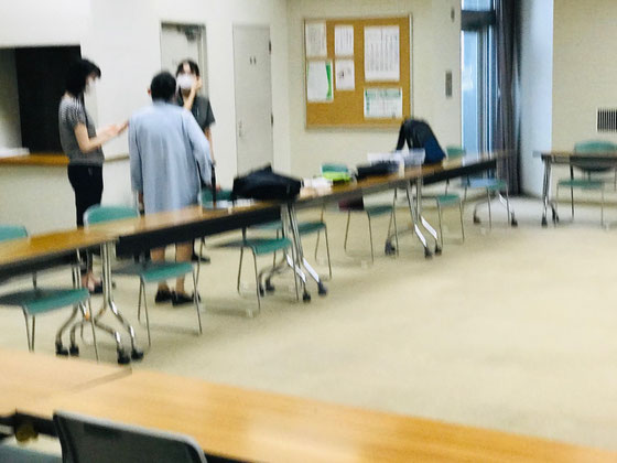 ☆スマホ講座の会場は2階大会議室。定員60名ですがコロナ禍で30名。お一人様机1台で使用。参加予定は18名。