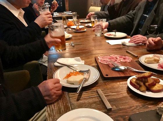 ☆会議が終わって新年会。日本橋のコレガ2号店の2階の洒落たイタリアンレストラン。