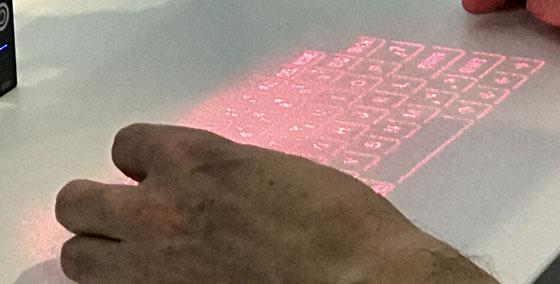 ☆ショールーム見学の中でも面白かったのは、投影したキーボードの映像から直接入力できるバーチャルキーボート。話には聞いたことがありますが見たのは初めて。