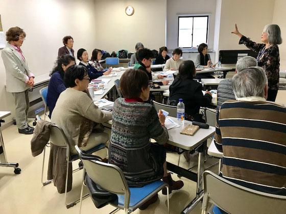 ☆午前の部「アイフォンをもっと使いこなそう」全員集合。NHK学園くにたちオープンスクールの講座は久しぶりの二けたの16名の受講者様なので坂部禮さん&金平紀代子さんが応援。