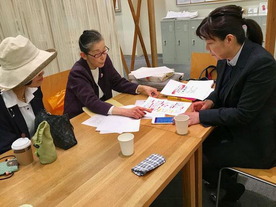 ☆打合せ中。写真右側スマイルパソコン教室加賀社長さん。左側は金平紀代子さん。真中生田美子さん。