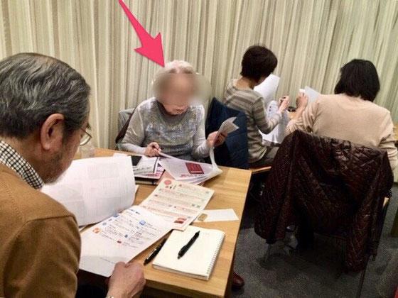 ☆赤い矢印のご婦人89歳。「パソコンを持ち歩くのは大変!」とiPadにされ、半年前にアンドロイドスマホに! あーあ。iPadでしたらPC、iPad、iPhoneと3デバイスが同期できるのに!