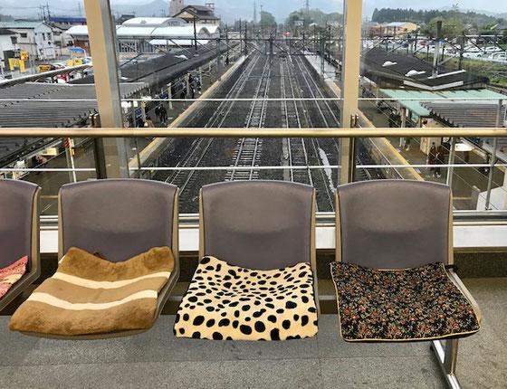 ☆写真は帰途JRの乗換駅で時間待ちに座った椅子。座布団の座り心地が良かった。