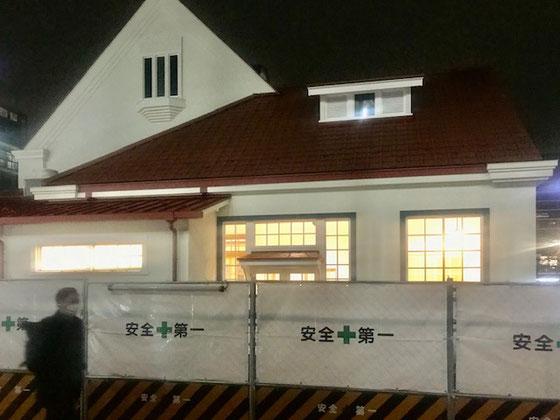 ☆帰途見かけた三角屋根(旧国立駅舎)の裏側。明りが点いていました。内装工事でしょうか?