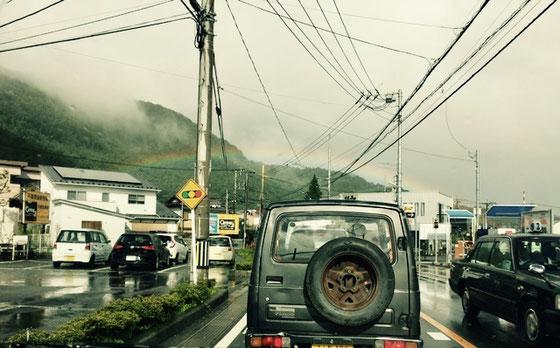 この夏、富士吉田市内を運転中にて(都合よく停車中に撮影)。端から端まで歩けちゃいそうな可愛らしい虹!