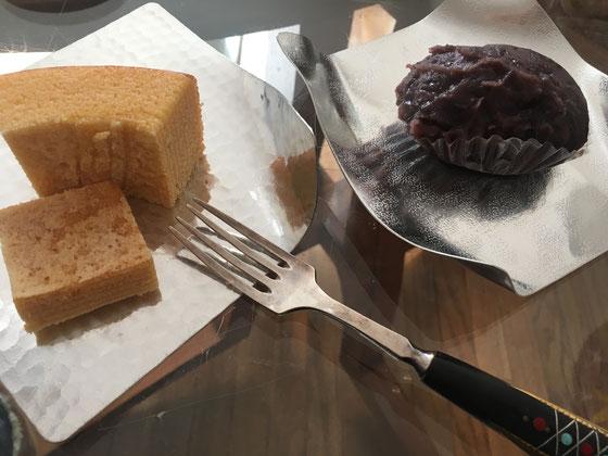 頂き物ばかりの今朝のおめざ。スズの変形する器は友人からの誕生日プレゼント!おはぎは、たんの和菓子店のもの。