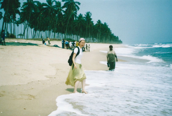 20歳頃、ガーナにて。 At a beach in Ghana, around age 20.