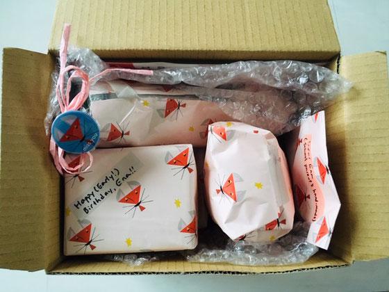 せっかくだから、フランスの兄一家へのクリスマスプレゼントを全てキツネちゃんで包んでみたの図。自己満足。