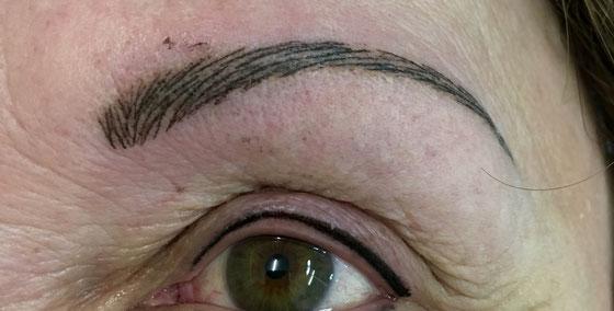 Kundin mit kreisrundem Haarausfall. Eyeliner und Augenbrauen. Das ganze verblasst noch in der ersten Woche