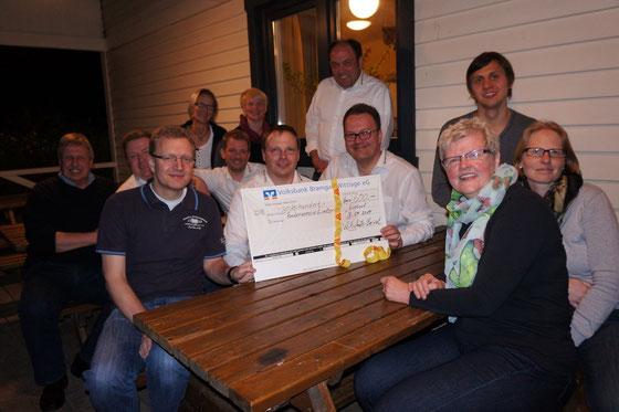 Die Vorstands-Mitglieder des Fördervereins Lintorf freuen sich mit den Herren des Wirtschafts-Beirates über die Unterstützung des Sommerkinos auf dem Dorfplatz Lintorf (Foto: T. Schlacke)