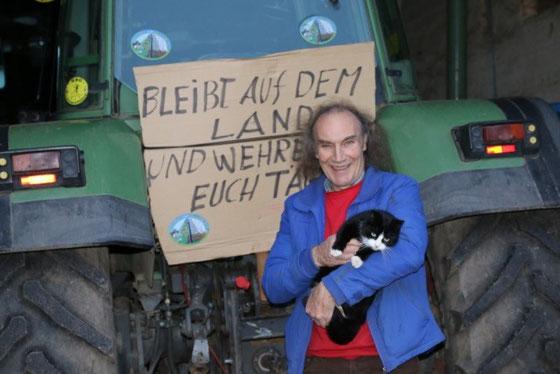 Bernhard Wicke mit Katze vor Trecker