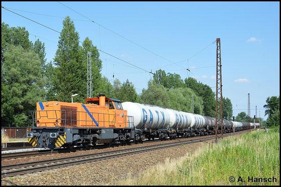 275 105-5 zieht am 6. Juli 2015 einen stattlichen Kesselwagenzug durch Leipzig-Thekla