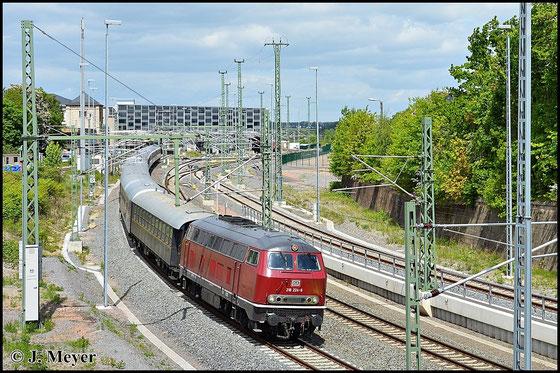Auch die BR 216 gehört zur V160-Familie. Am 17. Mai 2015 zieht 216 224-6 den DPE 2068 von Dresden nach Passau durch Chemnitz Hbf.