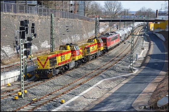 275 212-9 (MEG 212) fährt am 28. März 2015 als Vorspannlok vor 275 213-7 (MEG 213) und Wagenlok 155 230-6 (MEG 707) einen umgeleiteten Zementzug aus Regensburg. Kurz vor Chemnitz Hbf. entstand dieses Bild
