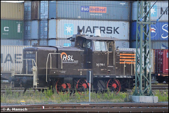 Inzwischen gehört die Lok der HSL Logistic GmbH und trägt deren typische braune Lackierung. Am 15. Juli 2015 konnte ich aus dem Zug heraus ein Bild der Maschine in Hof Hbf. anfertigen