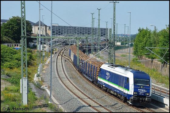 Am 3. Juli 2015 begegnet mir die Maschine noch einmal in Chemnitz Hbf. Am Haken hat sie einen langen Holzzug, der von 112 565-7 nachgeschoben wird
