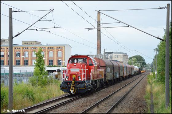 Am 28. Juli 2021 dröhnt 261 063-2 mit der beachtlich langen Übergabe nach Zwickau durch den Hp Chemnitz-Schönau