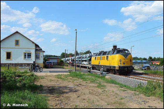 221 106-8 passiert mit ihrem Autozug am 16. Juli 2015 die Blockstelle Niederhohndorf in Richtung Zwickau