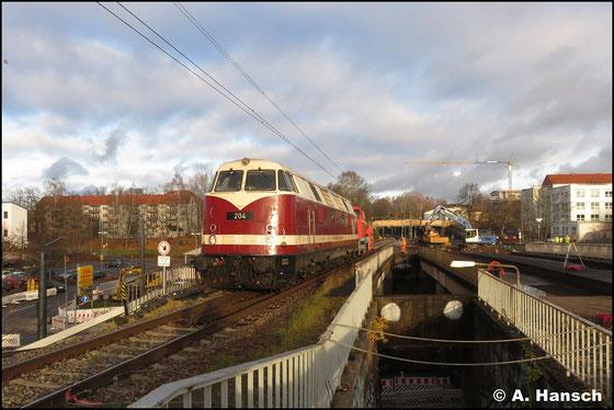 Am 3. Dezember 2019 schleppt die Lok eine Schneefräße von Pirna nach Hof. In Chemnitz-Süd konnte ich die Fuhre mit der Notfallknipse auf den Chip brennen