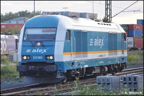 """Über 5 Jahre später, am 15. Juli 2015, ist 223 062-1 für das bayrische Verkehrsunternehmen """"Alex"""" in seiner typischen Lackierung unterwegs. In Hof Hbf. konnte ich sie aus meinem Zug heraus knipsen"""
