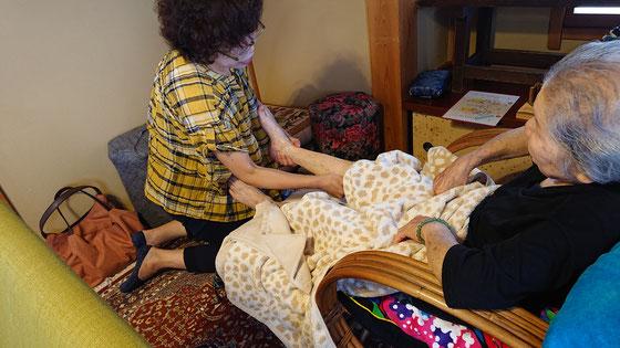 月1回のマッサージの日 専門の先生が手・足・頭・腰 ご希望の場所もほぐしてくれます♡