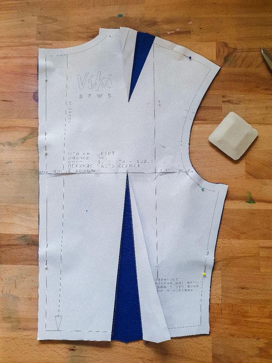 Tipp: Den Papierschnitt zur Seite falten und die Abnäher mit Kreide anzeichnen