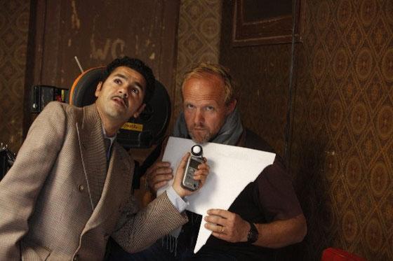 """Jamel Debouze et Christophe Beaucarne, AFC, SBC sur le tournage de """"Hors la loi"""" de Rachid Bouchareb/ © DR"""