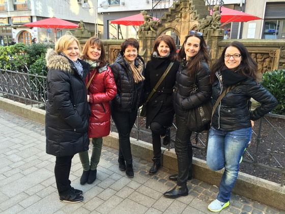Damen-Besuch bei den Heinzelmännchen, Gruppe von Damen am Heinzelmännchen-Brunnen, Köln Altstadt