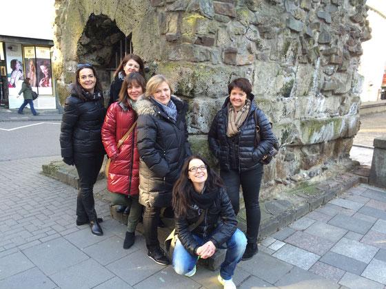 Reisegruppe am Teil der römischen Abwasserleitung in Köln, Altstadt, Rathaus
