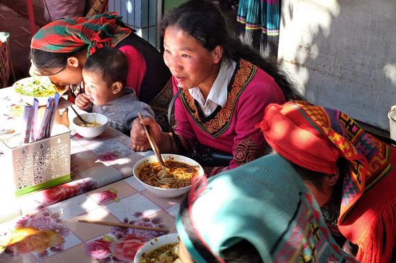 Yi women in Shaxi friday market