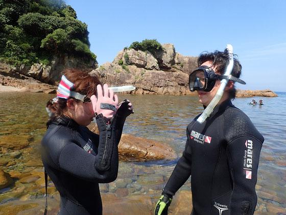 次にマスク(水中めがね)の曇り止めのやり方と、スノーケルの使い方や注意点を解説し、個人個人にフィットするように調整を行います