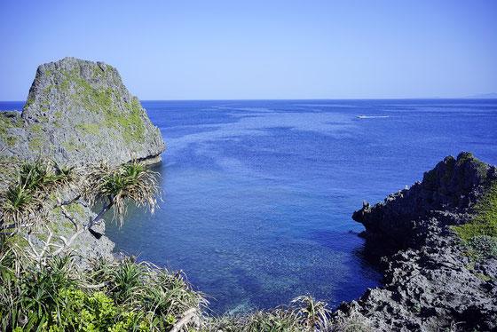 沖縄本島 真栄田岬 透明度が高く、魚もたっぷりのエキサイティングポイント