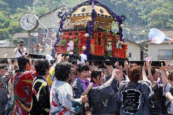 下田温泉祭り お湯かけ神輿写真