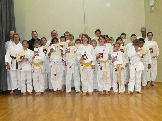Bild: Die erfolgreichen Karateka nach bestandener Prüfung mit Prüfer und Trainern.