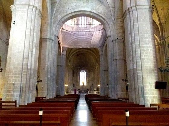 Внушительные интерьеры монастырской церкви Сан Кугат
