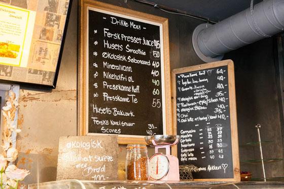 北欧のカフェのメニューや看板は手書きが多い Photo:Asaki Abumi