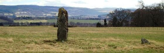 Standing Stone bei Muir of Ord - Dazu gibt es eine Legende über das Blut der MacKenzies