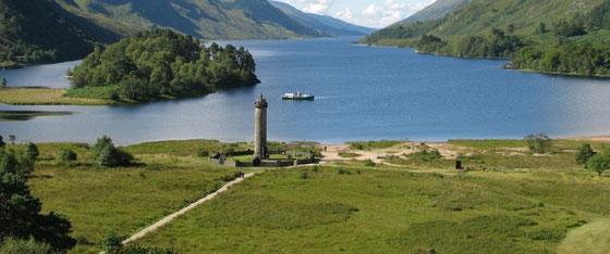 Glenfinnan Monument mit dem Loch Shiel
