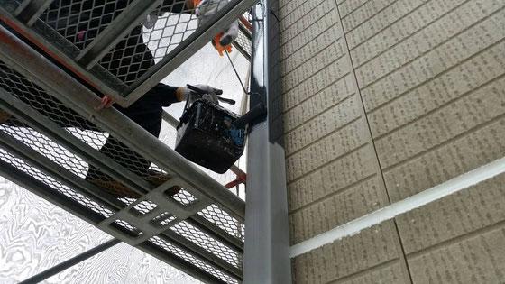 大垣市、養老町、上石津町、輪之内町、安八町、神戸町、垂井町、瑞穂市、池田町で外壁塗装工事中の外壁塗装工事専門店。大垣市林町で外壁塗装/付帯(水切り)の塗装作業中