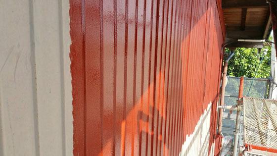 羽島市、大垣市、輪之内町、安八町、瑞穂市、海津市、養老町で外壁塗装工事中の外壁塗装金工事専門店。羽島市足近町で外壁塗装/外壁トタンの錆び止め塗装作業中