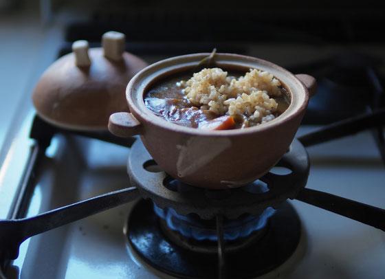 ミニ土鍋にカレーと玄米も入れちゃって温めましょう