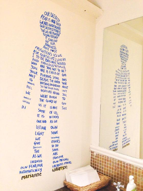 (写真)これもレストルームの壁。読んでしまってなかなか出てこられない(笑)