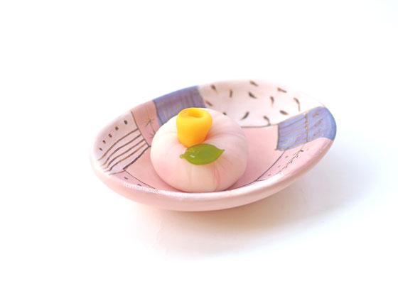 タマゴ皿と山茶花