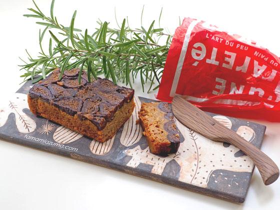デュヌ・ラルテ無花果たっぷりシナモンケーキをCocciorino板皿にのせて