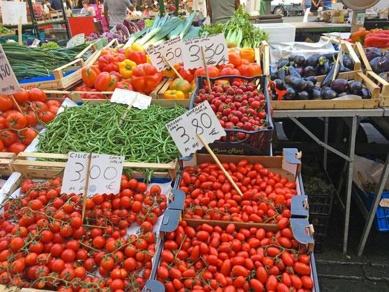 リグーリア湾の街CHIAVARIの市場