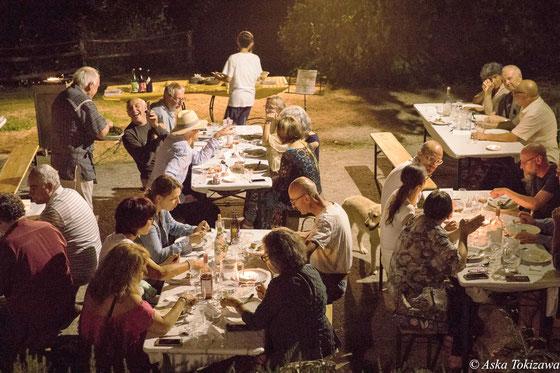 「旅する土鍋」に集まって会食する様子(マルケ州)